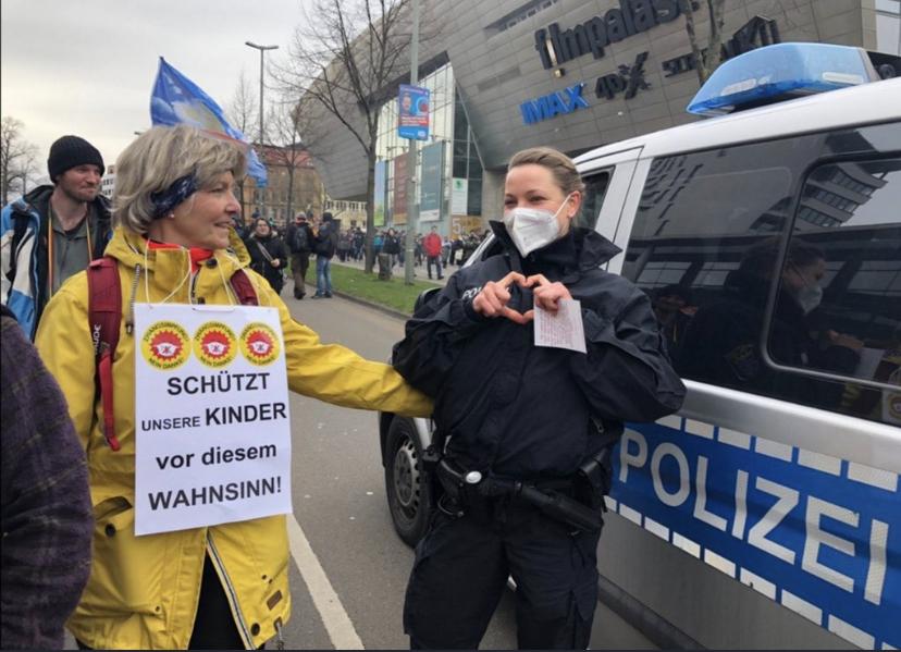 Querdenkerin und sympathisierende Polizistin